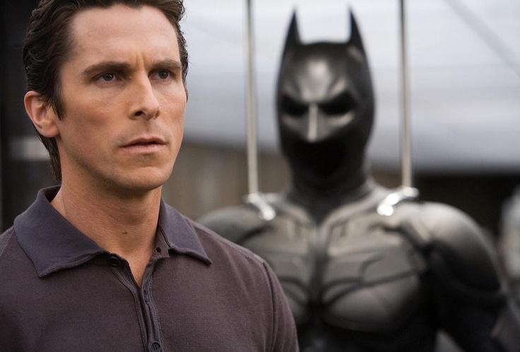 배트맨 :다크나이트 中 (2011, 미국)   '양면을 가진 영웅'  무조건적인 악인 악역들에 비해 배트맨은 무조건적인 정의가 아닙니다. 가면을 쓰고 어둠 속에 있습니다.    민중은 누군가가 자신의 머리 위에 있기를 원하지 않습니다. 오히려 그가 어둠 속에서, 필요할 때만 등장하기를 원하지요. 거기에 그들도 나와 같은 '고뇌 속에 살아가는 인간'이란 점이 추가 된다면 바로 그것이 민중이 원하는 영웅상이 되는 것이지요.   영화 '배트맨 : 다크나이트'는 바로 그러한 점을 잘 표현한 영화라고 할 수 있습니다.