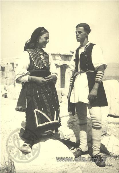 Εορτασμοί της 4ης Αυγούστου: γυναίκα και άνδρας από τη Μακεδονία, περιοχή Φλώρινας, στην Ακρόπολη. ΤόποςΑθήνα Χρονολογία1937 Αρχείο/ΣυλλογήΚΟΤΖΙΑΣ, ΚΩΣΤΑΣ