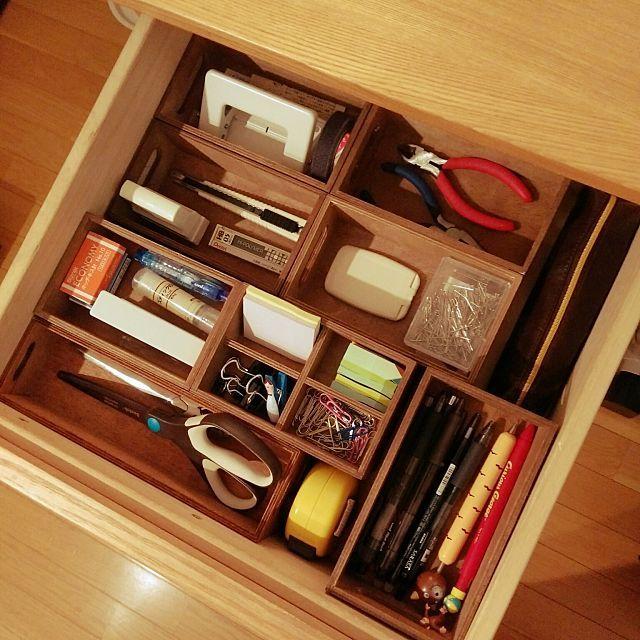 女性で、2LDKの机/整理収納/木が好き/転勤族/賃貸/すっきり暮らしたい…などについてのインテリア実例を紹介。「文房具収納。 100均の木箱で仕分けてます。 手前のハサミが入っている木箱が、先日 他の木箱に合わせてコーヒー染めしたモノです。」(この写真は 2016-05-26 19:15:34 に共有されました)