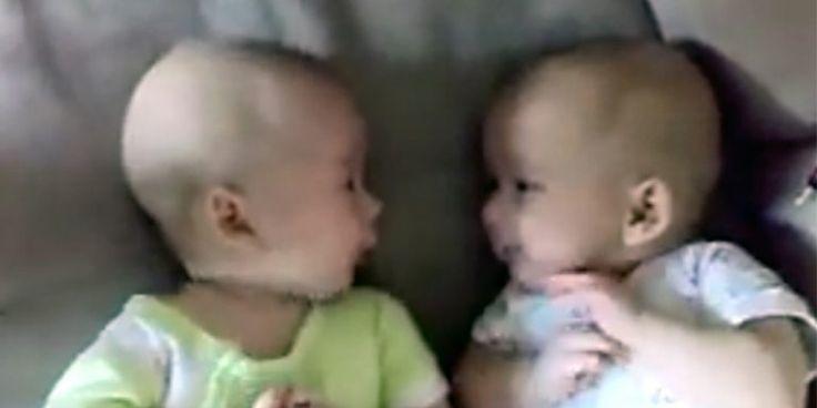 O Mais Engraçado De Ser Mãe é Perceber Que Ao Se Tornar: Mãe Grava Cena Inusitada Entre Bebês Gêmeos Ao Perceber