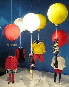 120+ фото Фееричные витрины магазинов - Лондон, Париж, Нью-Йорк http://happymodern.ru/vitriny-magazinov-46-foto-oformlenie-kotoroe-privlekaet/ Креативная идея - парящая в воздухе детская одежда
