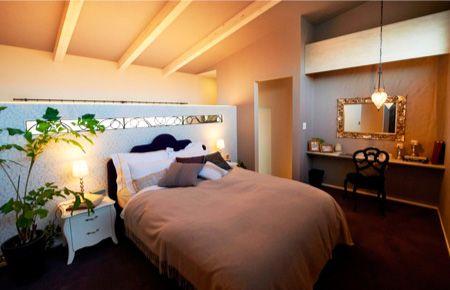 寝室のインテリアを考えるうえでも、「質の良い睡眠」は大切です。 深みのあるダーク系のカラーは気持ちを鎮める作用があるので、 寝室に適しています。写真:バリの屋根裏部屋のような雰囲気のベッドルーム