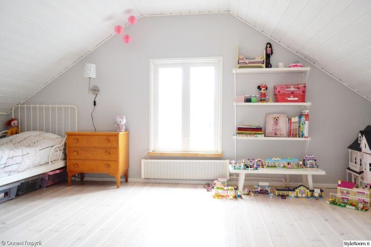 """Jäsenen """"Onneni"""" lastenhuoneessa on väreistä huolimatta mukavan rauhallinen ja harmoninen tunnelma. #styleroom #inspiroivakoti #lastenhuone #ullakko"""