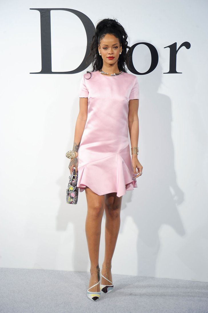 Pin for Later: Rihanna Est la Nouvelle Égérie Dior Rihanna au Défilé Christian Dior Cruise 2015 En portant une robe rose simple, Rihanna a réussi à éblouir tout le monde. On a donc hâte de voir sa campagne!