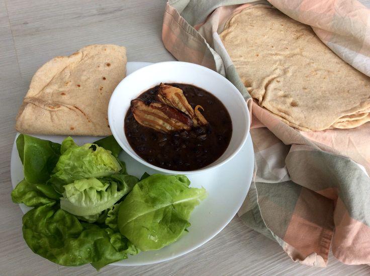 Černé fazole se slaninou, rajčaty, římským kmínem a koriandrovou natí, špaldové tortilly a hlávkový salát