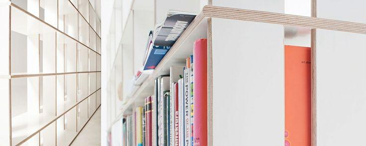 System stabilnych regałów z możliwością dowolnej konfiguracji półek w pionie i w poziomie. Dziewięć różnych kształtów półek - proste, łuki, fale, narożniki - daje nieograniczoną swobodę aranżacji przestrzeni mieszkania, biura czy biblioteki. Projektant: Karol Starczewski, LOCOSYSTEM, do kupienia na www.nowymodel.org