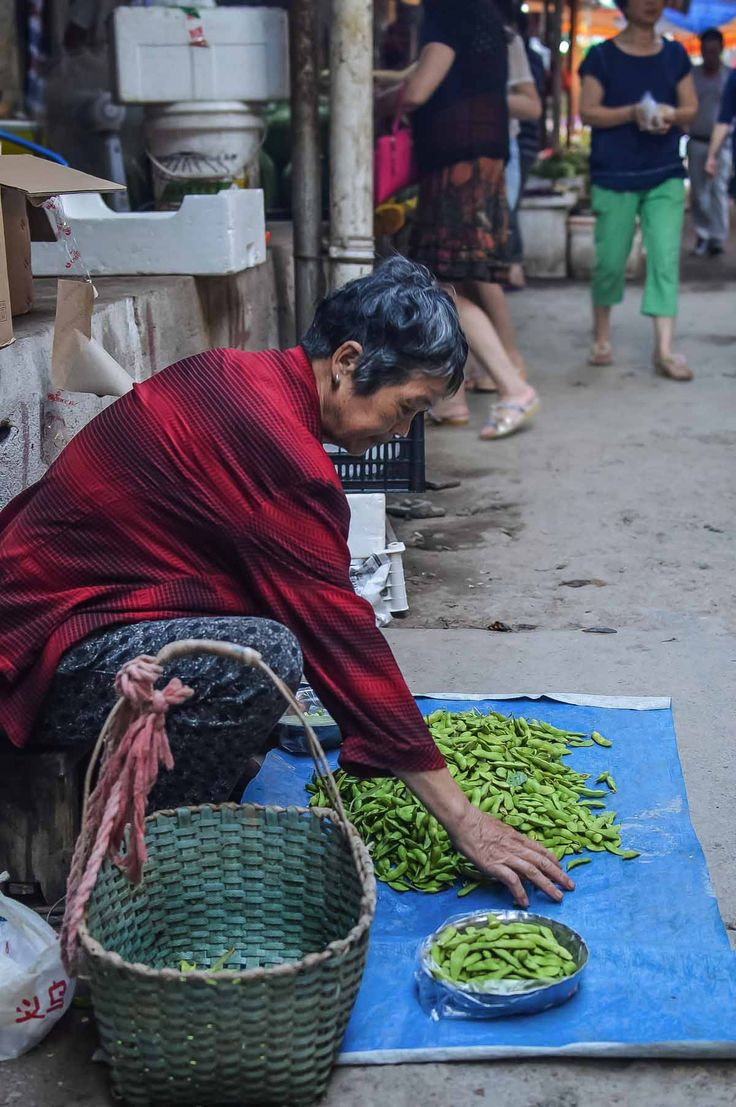 Lady selling soya beans at a neighbourhood market in Yiwu, China | heneedsfood.com