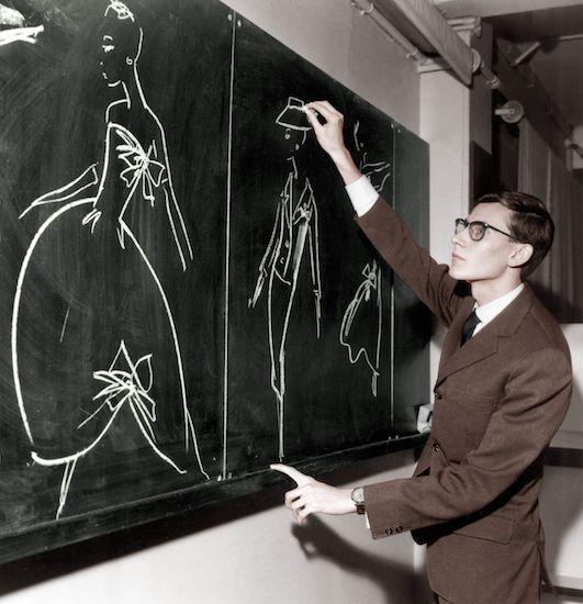 YSL en 1953- Presenta bocetos para un abrigo, vestido y traje