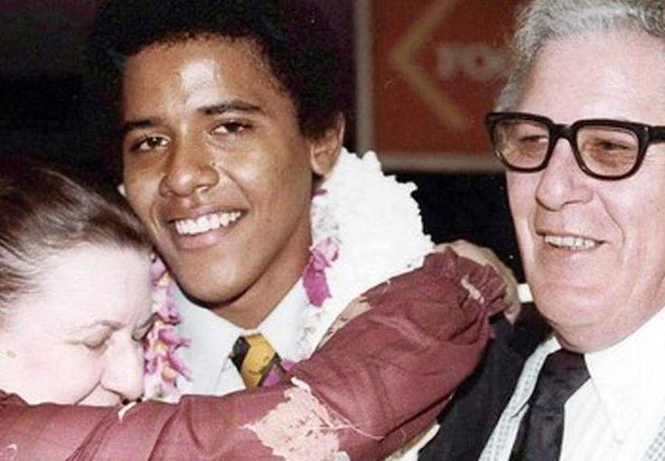 Barack Obama et ses grands-parents, Stanley et Madelyn Dunham, lors de la remise de diplôme.