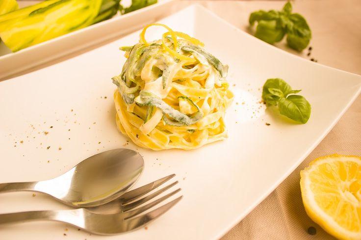 Pokud máte rádi italskou kuchyni, pak určitě vyzkoušejte recept na tyto výborné a jednoduché těstoviny s cuketou vyváženou kontrastem slaniny a...