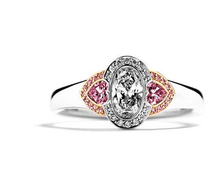 Trestensring med hvide og Argyle pink diamanter som forlovelsesring