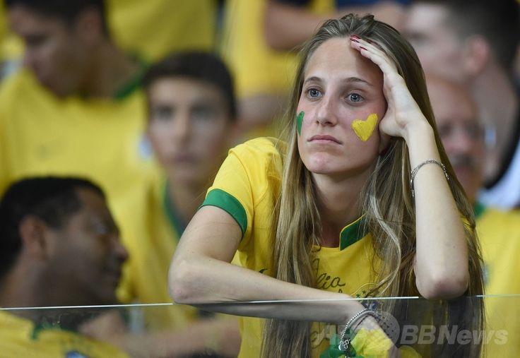 サッカーW杯ブラジル大会(2014 World Cup)準決勝、ブラジル対ドイツ。ブラジルの敗戦を悲しむブラジル代表サポーター(2014年7月8日撮影)。(c)AFP/PATRIK STOLLARZ ▼9Jul2014AFP|【写真】大敗に落胆するブラジル代表サポーター http://www.afpbb.com/articles/-/3020054 #Brazil2014 #Brazil_Germany_semifinal