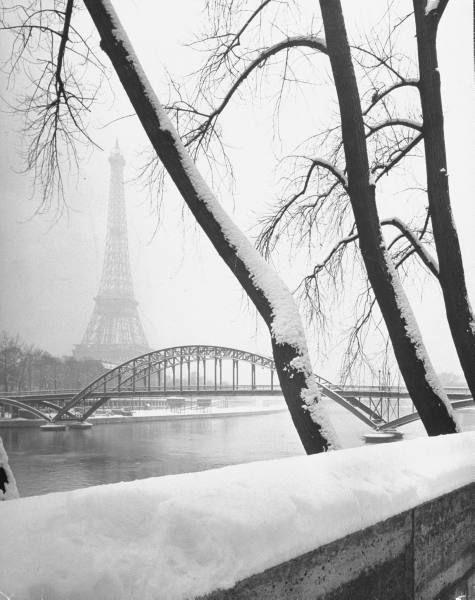 La Tour Eiffel sous la neige,Paris ( 1940s).                                                                                                                                                                                 Plus