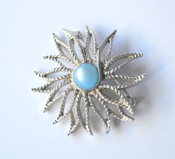 Flower power brooch! A beautiful vintage filigree silver tone brooch in a shape of a flower. The baby blue glass stone in the centre surrounded by simply etched petals. It has an indecipherable inscription on the back and its signed GB.  It measures 5 cm (1.96).  This brooch is in very good vintage condition and closes safely.  *Vintage jewellery* - Can help you express your own unique style. With vintage, you can explore a wide choice of design and discover which one most reflects your…