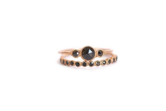 J'aime l'association de bagues fiancailles et alliances différentes mais assorties. Myrtille Beck Paris - Alliance Céleste Diamants Noirs