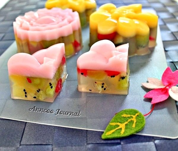 Mooncake Festival falls on 30th September this year and it is only about 4 weeks away. As the weather has been very hot and humid in the past weeks, why not make some jelly mooncakes to beat the heat. After making the Kiwi Popsicles, I continue to use the remaining kiwifruits to make jelly mooncakes …