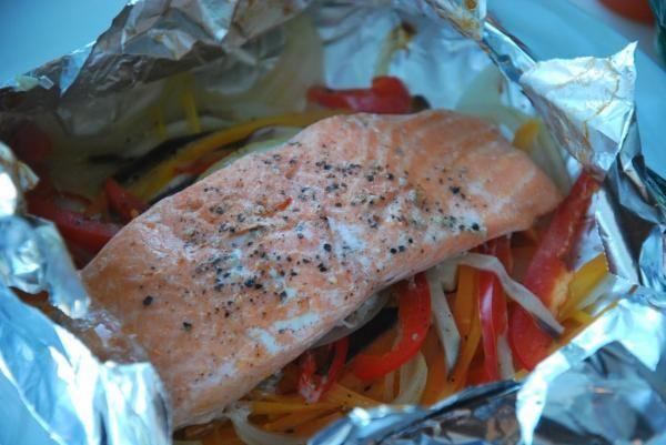 SALMON PUERROS Y ZANAHORIA Limpiamos bien las rodajas de salmón y las salamos. Untamos las rodajas de salmón con la mostaza por ambas caras. Cortamos cuatro cuadrados de papel aluminio y los...