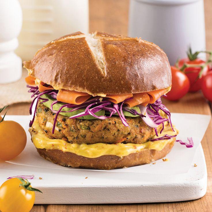 Burger aux haricots de Lima et chou rouge sur pain bretzel - Recettes - Cuisine et nutrition - Pratico Pratique