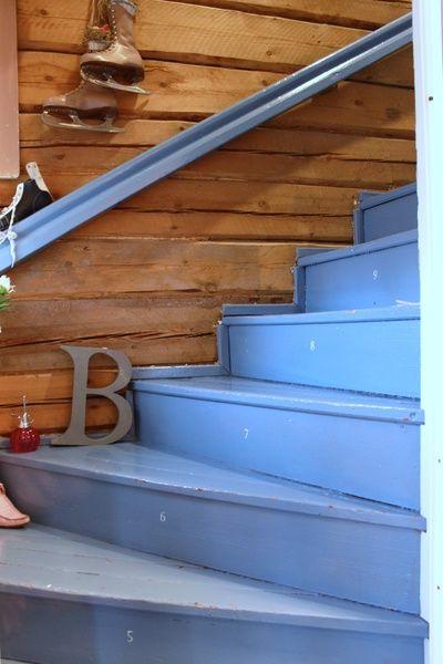 portaat,sininen,sininen maali,kirjaimet,kirjain,hirsiseinä,eteinen
