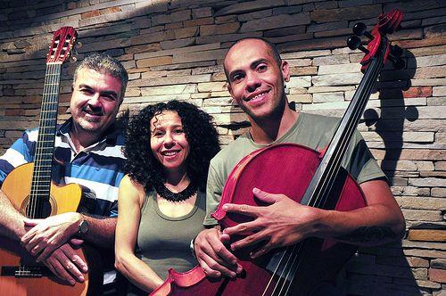"""O Sesc São Caetano apresenta na quarta, 25, às 16h30, o show """"Ecos de 22"""", com Marcia Mah e Grupo Ybsorok. A entrada é Catraca Livre. Em formato de sarau, os músicos apresentam um panorama da música brasileira no século XX, influenciada pelo movimento modernista de 22. A partir de Villa Lobos, a música viaja...<br /><a class=""""more-link"""" href=""""https://catracalivre.com.br/geral/agenda/barato/marcia-mah-e-grupo-ybsorok-apresentam-um-seculo-de-musica-no-sesc-sao-caetano/"""">Continue lendo »</a>"""