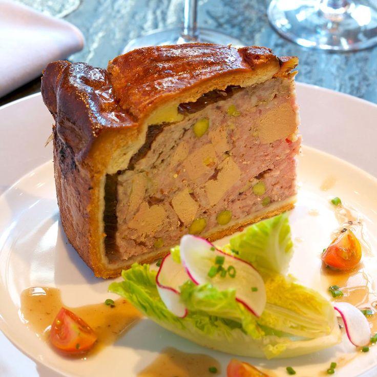 Dans un cul de poule, mélanger la farce et le foie gras et déposer le tout dans un cercle beurré. Chemiser la pâte et faire une cheminée.