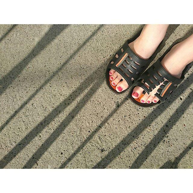 気分転換 ・ ・ ・ #nail #red #pink #lame #shade #white #sandals #footnail #foot #instagood #instalike #instapic #sunnyday #veranda #afternoon #sunlight #pedicure #favoitecolor #favoite #ネイル #ペディキュア #赤 #ピンクラメ #ラメネイル #セルフネイル #足元