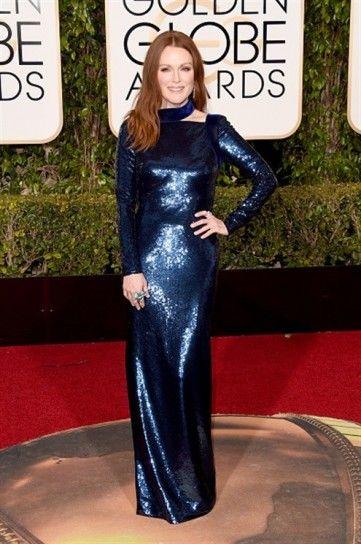 Julianne Moore in Tom Ford - Un vestito lungo e aderente in paillettes blu navy per Julianne Moore ai Golden Globe 2016