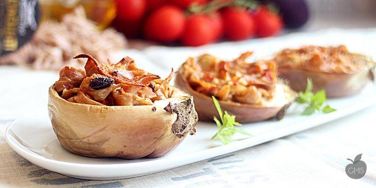 barchette di melanzane, una pasta al farro fatta insaporire al forno dentro uno scrigno di melanzana, la pasta sarà molto cremosa vi garantiamo il risultato
