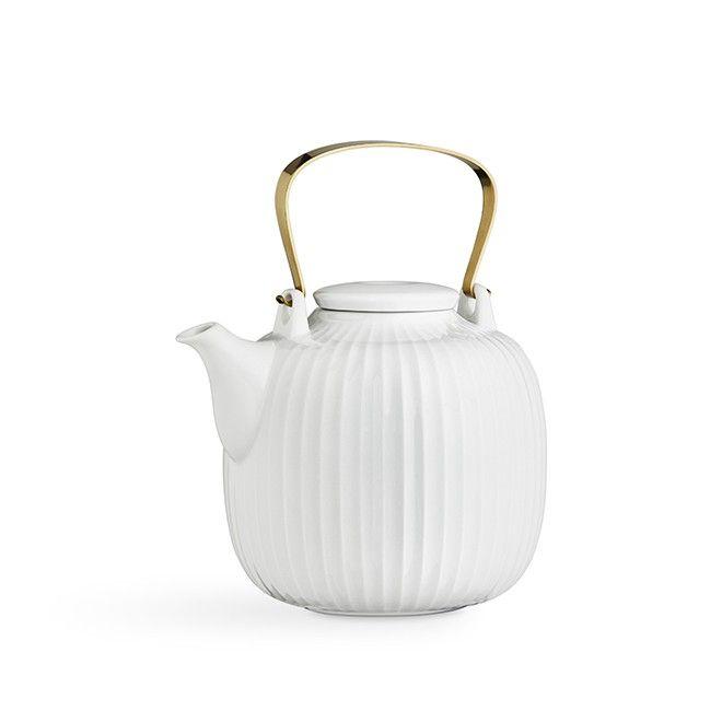 Hammershøi tekanne white   Den hvite tekannen fra Hammershøi-serien er formet i porselen, og innbyr til hjemlig, luksuriøs hygge og samvær rundt en velbrygget kopp te. Tekannen har et elegant, moderne formspråk med en dekorativ messingbelagt hank og en praktisk innebygd sil som lett skiller tebladene fra teen hvis du brygger teen på tradisjonelt vis.