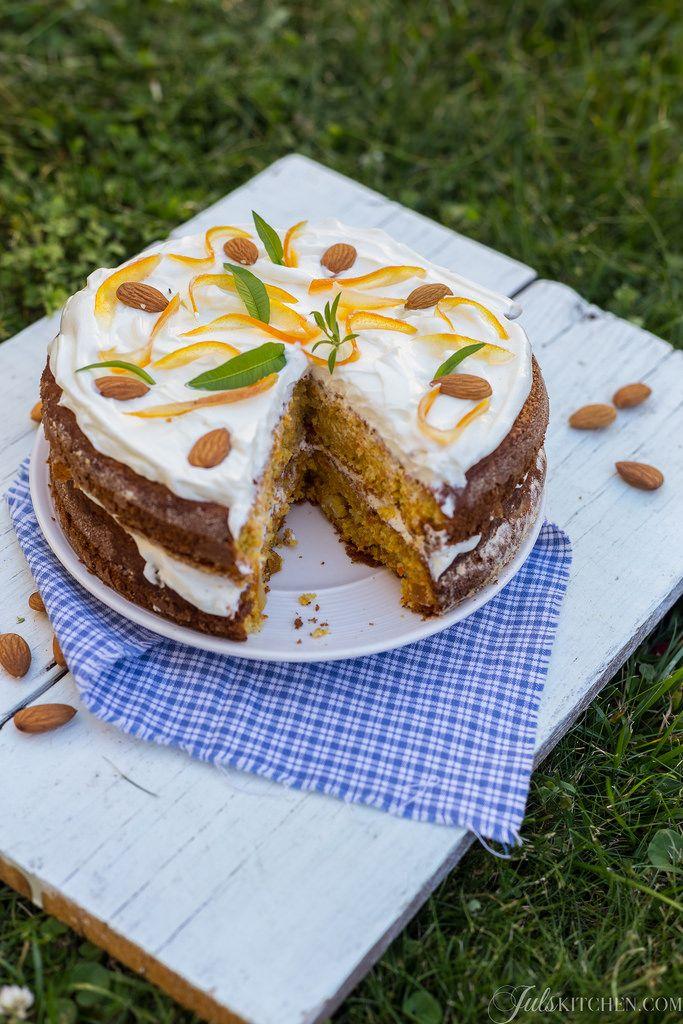 Ho tante torte di carote nei miei ricordi. Questa torta di carote e mandorle ha spezie avvolgenti, tante mandorle, canditi di arancia e una copertura allo yogurt.