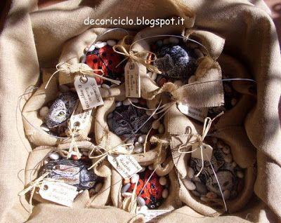 bomboniere di sasso: animali dipinti a mano sui sassi adagiati in cestini fatti a mano con rete da conigliera, con rivestimento asportabile di tela di juta. I confetti sono a forma di sassi. Ideali per Comunione e Cresima