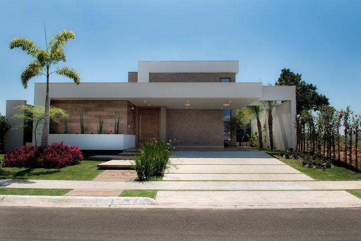 Home Decoration With Indoor Plants Product Modern House Facades, Modern Bungalow House, House Outside Design, Small House Design, Small Modern House Plans, House Construction Plan, Modern Villa Design, Facade Design, Exterior Design