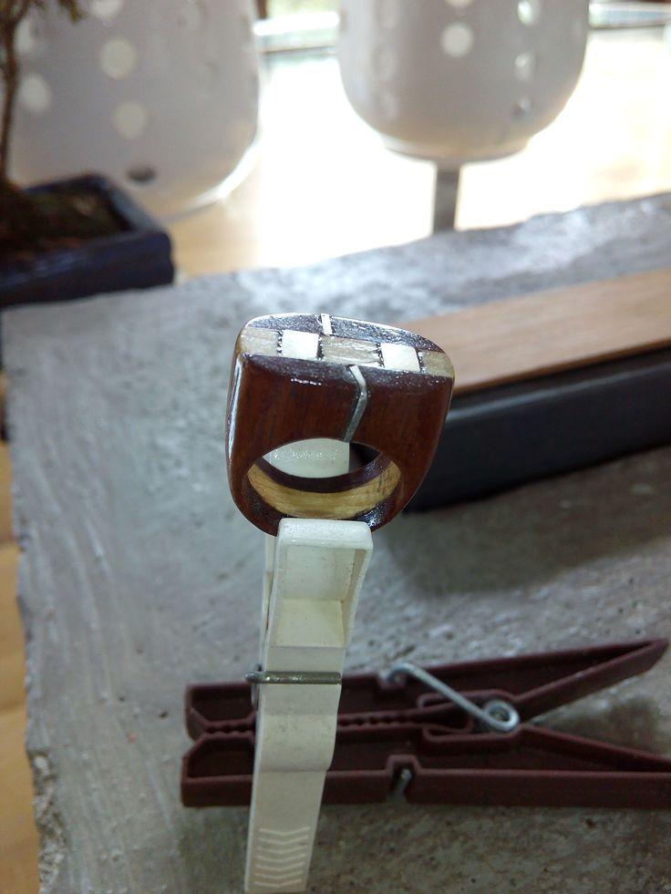 Anel em pau rosa com inserções em prata 925
