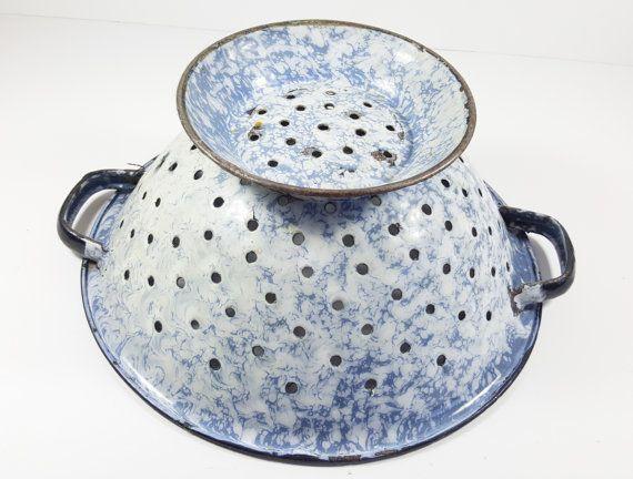 Graniteware Vintage Enamelware azul gris y blanco remolino colador con borde negro, decoración de cocina rústica Retro.
