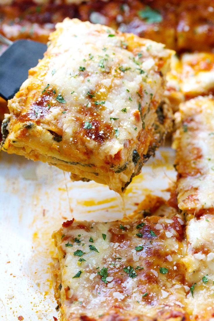 This Creamy Tomato Lasagna Florentine is so deliciously comforting and simple. Noodles, tomato sauce, and a creamy spinach layer! | pinchofyum.com
