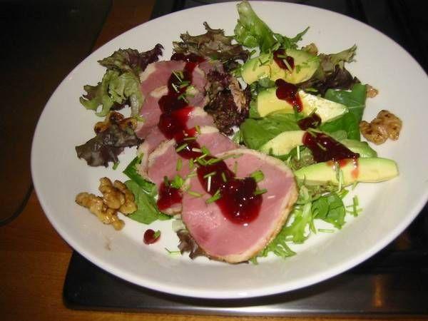 Salade Met Gerookte Eendenborstfilet, Avocado En Walnoten recept   Smulweb.nl