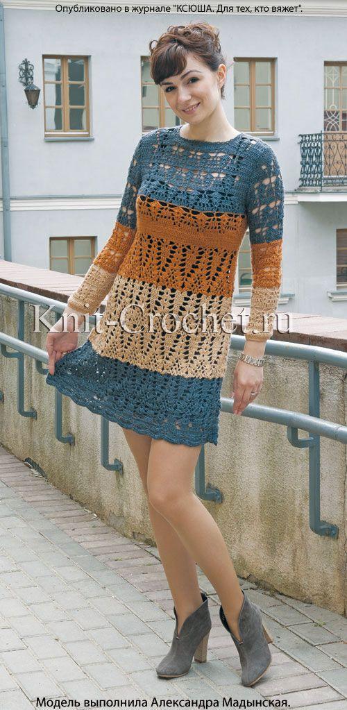 Платье трехцветное, вязаное крючком.