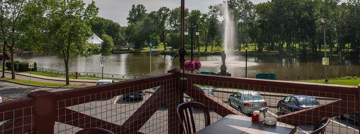 Bonne bouffe, superbe terrasse  et ambiance musicale... tout ce qu'il faut pour célébrer l'été au restaurant Le Snobinard!