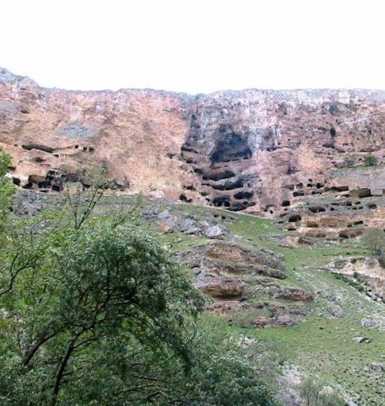 Gödet mağaraları/Karaman/// Karaman'ın güneydoğusunda 37 km. uzaklıktaki Güldere eski adıyla Gödet Köyü'nde, apartman şeklinde mağaralar bulunmaktadır.