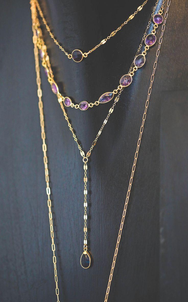 Gargantilla de bisel amatista púrpura hermosa. Perfecto para glam para arriba de cualquier equipo. Hecha con brillantes piedras preciosas amatistas facetadas y cadena de oro k llena 14. Ajustable de 14 a 16 pulgadas.