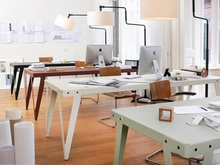 Een robuuste tafel, die dankzij de 4 enigzins flexibele stalen poten zichzelf altijd stabiel plaatst. Een slimme oplossing aan de onderzijde voorkomt een lawaaierige tafel, ondanks het gebruik van uitsluitend staal. Verkrijgbaar in gepoederd metaal in diverse tijdloze, industriele kleuren. Op aanvraag ook voor buiten geschikt te maken. Een stoere werkplek, of juist een speels contrast in een klassiek en eigen interieur. Prachtig in combinatie met vintage stoelen. www.dehuisgenoten.com