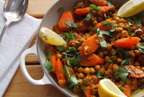 Tajine vegetariana, ecco una sfiziosa ricetta ricca di verdure caratteristiche del Sud del Mediterraneo.