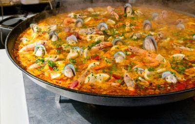 La 'Paella de Mariscos', o paella ai frutti di mare in italiano, è un grande classico della cucina spagnola. È la versione 'solo mare' della tradizionale Paella, ed è in grado di racchiudere in se tutto il meglio di una cultura, portandola in un piatto unico per colori, sapori e forme.