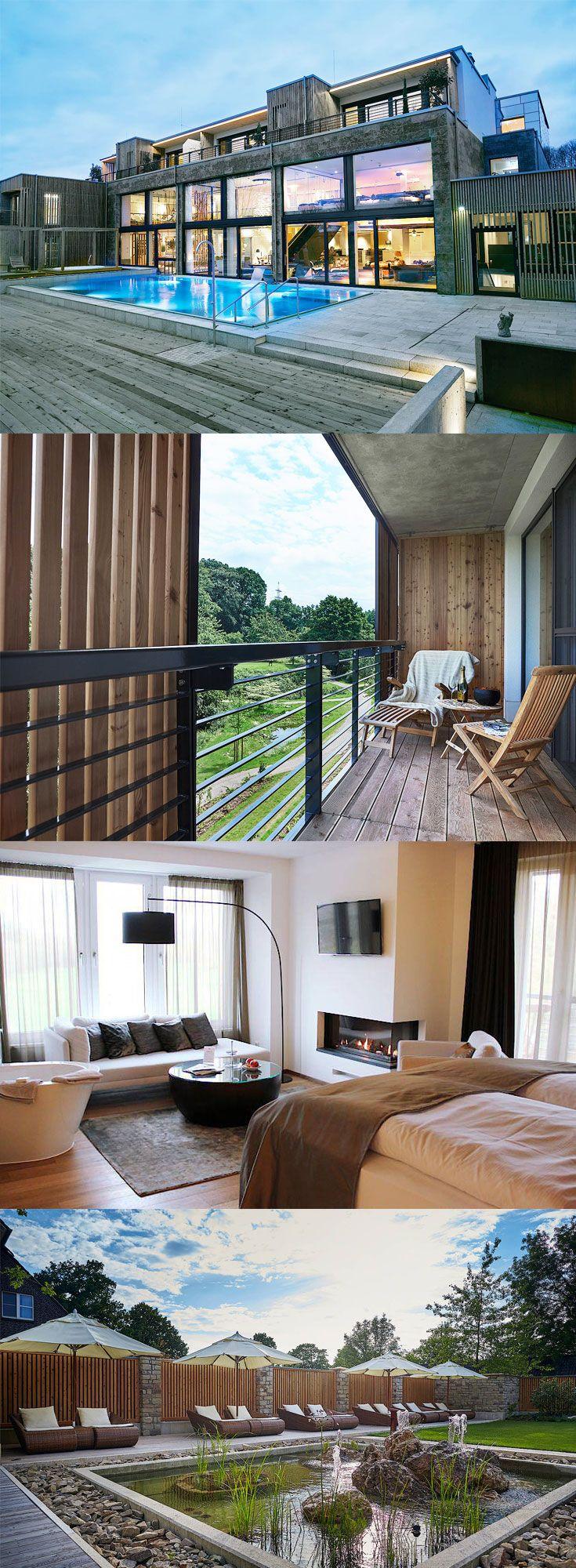 Ein wunderschönes Hotel zwischen Niederrhein und Hochkultur. Das Landhotel Voshövel ist anders. Und das schon seit 1872, denn damals wurde der Familienbetrieb eröffnet. Heute ist das Landhotel ein mehrfach ausgezeichnetes 4-Sterne-superior-Hotel - und das