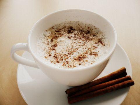 Červené cappuccino z  mandlového mléka