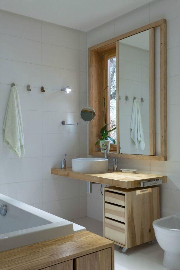 Houten accenten in de badkamer. Geef je badkamer meer sfeer met een houten badkamer meubel of voeg hout toe met accessoires.