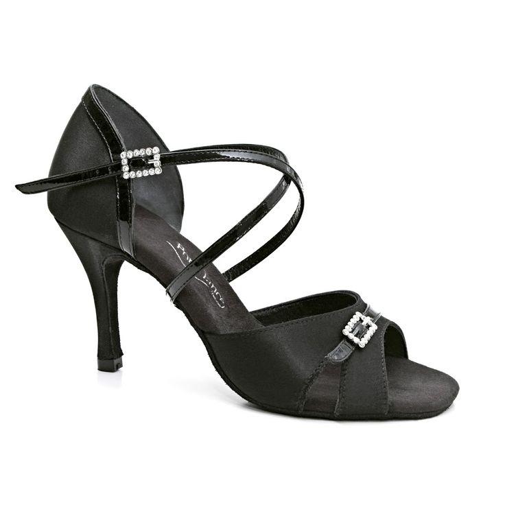 Endnu en smuk og yndefuld dansesko latin fra PortDance. Modellen PD135 Premium er udført i sort satin. Forhandles hos Nordic Dance Shoes: http://www.nordicdanceshoes.dk/portdance-pd135-premium-sort-satin-dansesko#utm_source=pin
