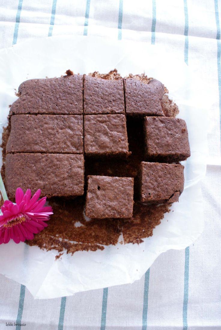 Lekkie ciasto czekoladowe   Lekkie ciasto czekoladowe  Składniki (forma 24 x 21 cm):      100 g gorzkiej czekolady     30 g oleju kokosowego     2 łyżki mleka     2 żółtka     3 białka     40 g brązowego cukru     40 g mąki orkiszowej     1 łyżeczka proszku do pieczenia     kilka kropel aromatu