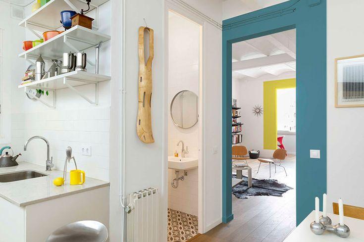 Esta pequena casa, com apenas 70 metros quadrados, é mais um belo projeto dos arquitetos da Egue & Seta. O branco da paleta da cores é predominante e serve