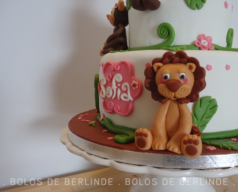 Bolo de 2 andares, para o 2.º aniversário da Sofia, que adora os animais da selva - Pormenor - Leão. (Two tier fondant cake for Sofia's 2st birthday, who loves jungle animals. Vetail - Cute Lion).